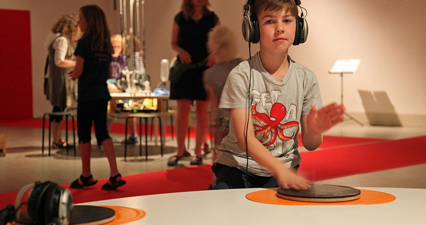Junge führt Klangexperimente durch