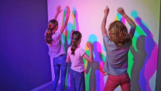 In einer Raum-Installation im Universum® Bremen können Besucher farbige Schatten erzeugen.
